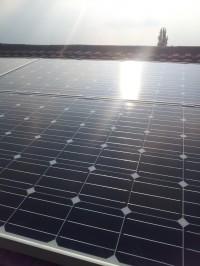 阳光照耀着的太阳能电池组件